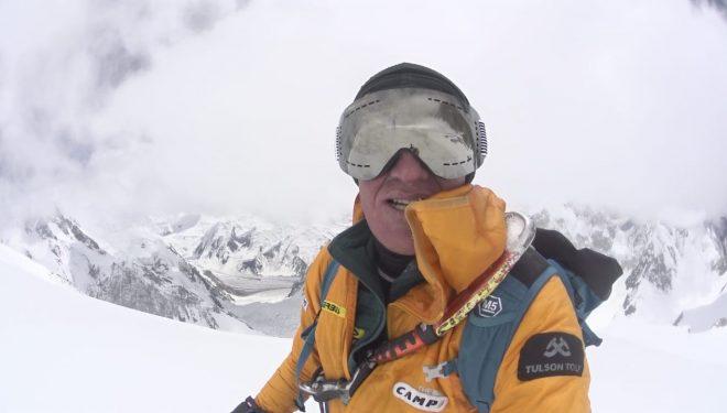 Denis Urubko en la meseta situada a 7.500 metros durante la apertura de su nueva ruta «Honey Moon», al Gasherbrum 2, 2019.  ©Denis Urubko
